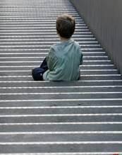 Niño sentado de espaldas