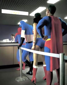 Varios superheroes haciendo cola para conseguir la Viagra