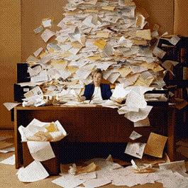 Mujer en oficina simulando mucho trabajo